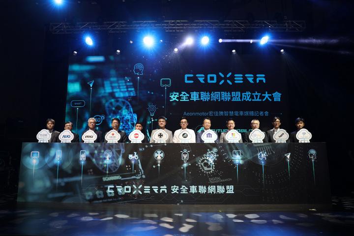 proimages/IN新聞/2021/04/0429_CROXERA/宏佳騰智慧電車林東閔執行長(左6)、鍾亞成特助(左7)今(29)日與十大合作夥伴共同出席「CROXERA安全車聯網聯盟」成立儀式。.jpg